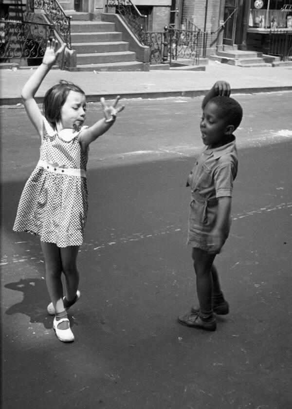 طفلان يرقصان في  أحد شوارع نيويورك  سنة 1940