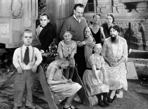 """المخرج تود براوننج مع بعض طاقم فيلمه """"الوحوش"""" سنة 1932"""