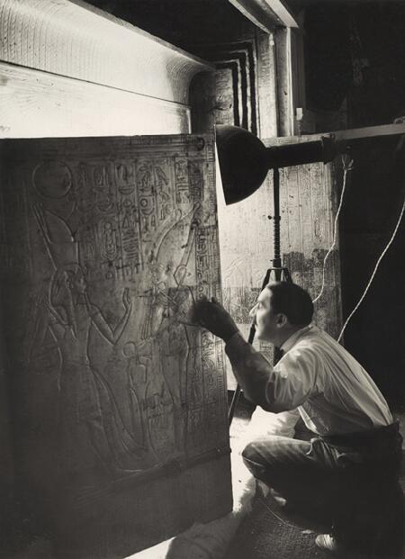 هوارد كارتر ينظر عبر بوابة مقبرة توت عنخ آمون سنة 1924