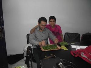 محمد حسانين مع أحد الأطفال الذين ترعاهم جمعية بلادي