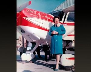 صورة لجيري موك بجانب طائرتها بعد تلوينها