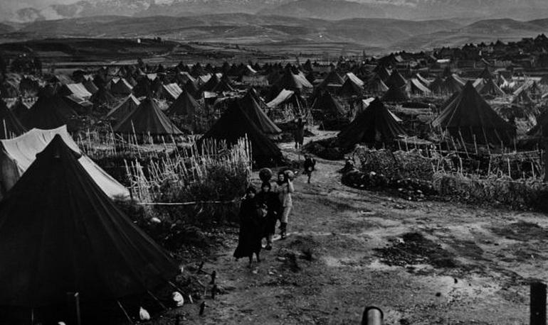 فلسطينيات يمشين عبر مخيم نهر البارد  لبنان - 1952