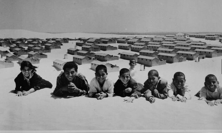 أطفال يبتسمون للكاميرا في مخيم أردني 1971