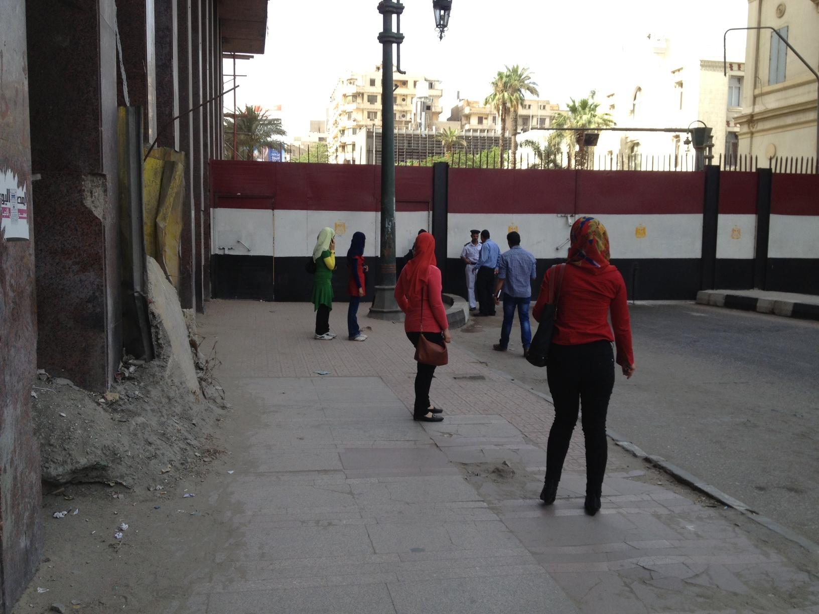أغلقت قوات الأمن البوابة الحديدة  بين قصر العيني والتحرير