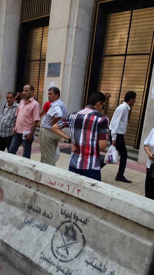 انتظار العملاء أمام الفرع الرئيسي للبنك الأهلى