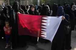 نساء فلسطينيات في غزة يرفعن العلم القطري