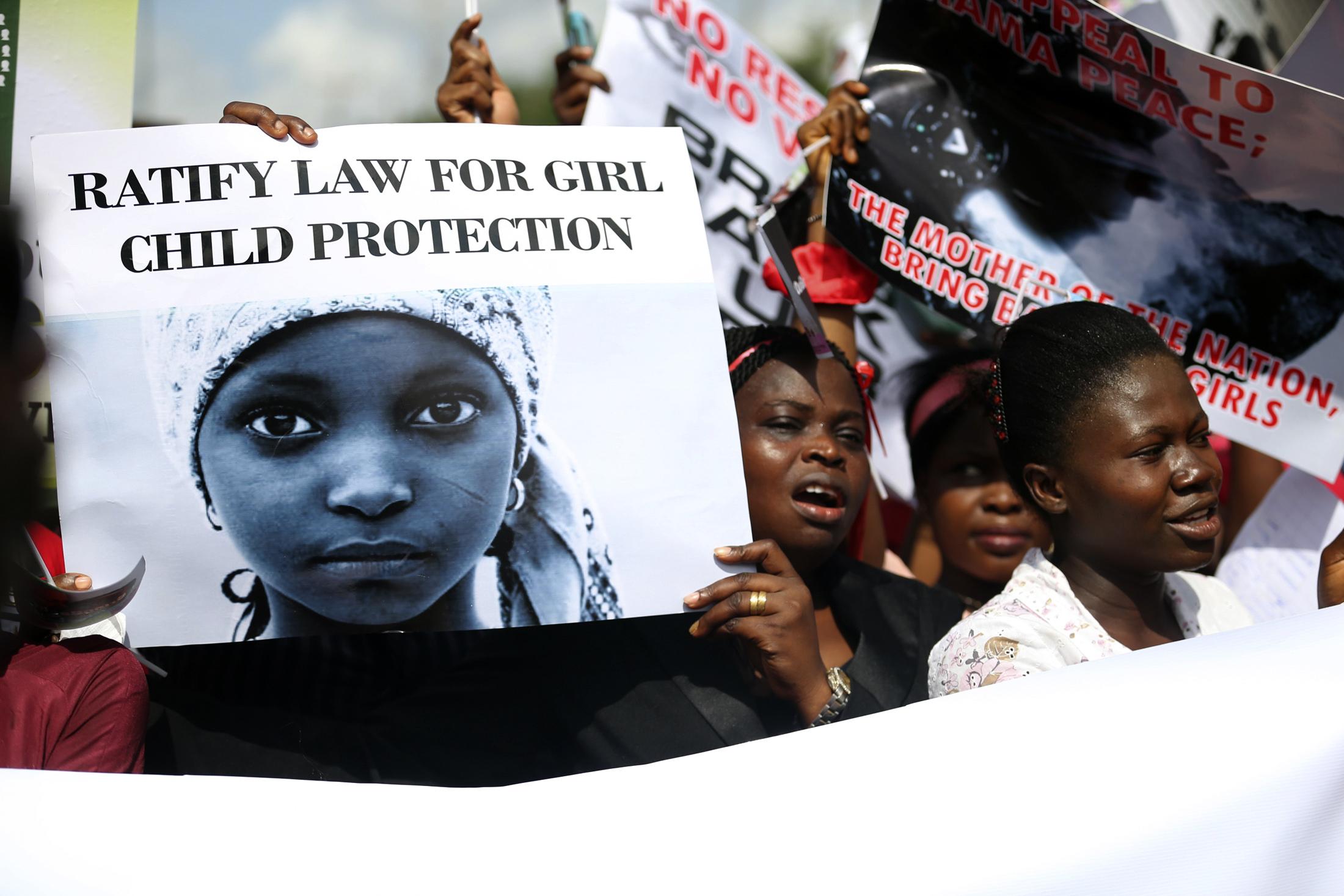 من تظاهرة نيجيرية لإطلاق سراح تليمذات مدارس  اختطفتهن بوكوحرامpri.org