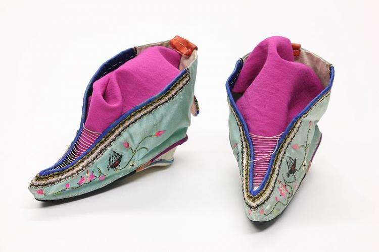 ac9cf83b0a475 الأحذية من العصر الحجري إلى الزمن الحديث..صور