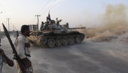 أعضاء لجان المقاومة الجنوبية على متن دبابة خلال اشتباكات مع مقاتلي الحوثي في عدن يوم 23 أبريل نيسان 2015 - رويترز