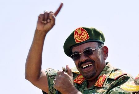 الرئيس السوداني عمر حسن البشير يتحدث في جنوب دارفور يوم 8 أبريل نيسان 2015 - رويترز