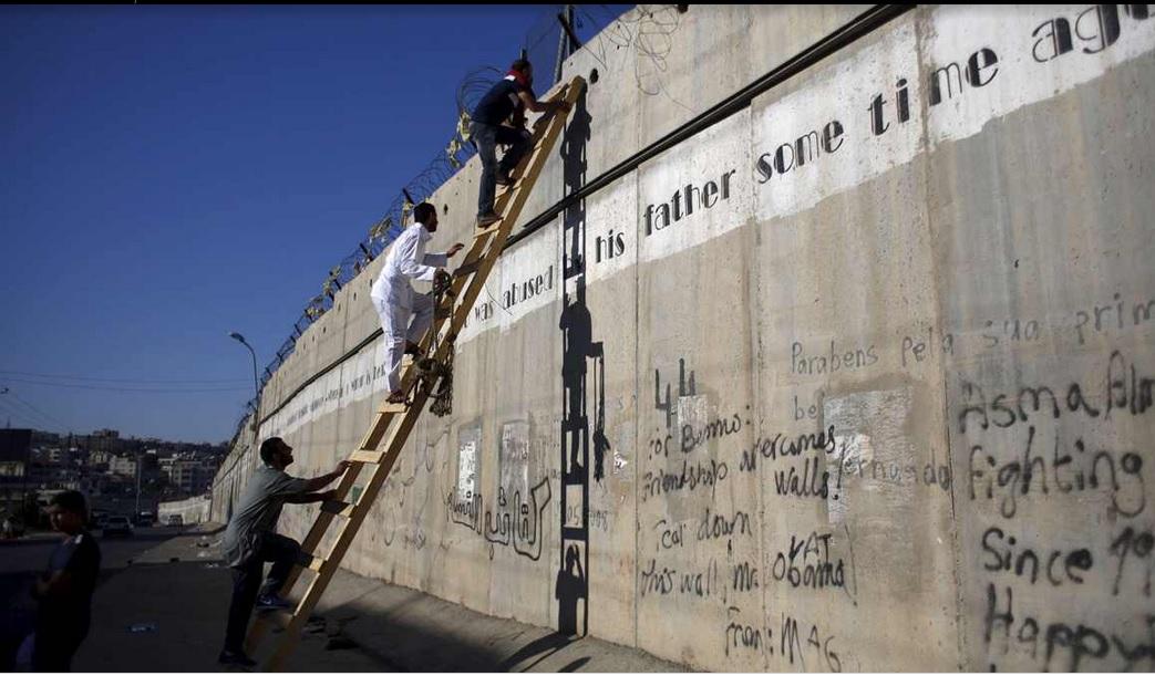 يمنعون من الصلاة في الأقصى بسبب شروط الحد الأدنى للسن التي تفرضها السلطات الإسرائيلية، فيتسلقون الجدار كي يتمكنون من الوصول. 10 يولية 2015
