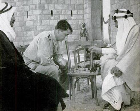 الأمير عبد الله يهزم جون فيليبس بلعبة الشطرنج. كان الأمير لاعبا ماهرا وسريعا.