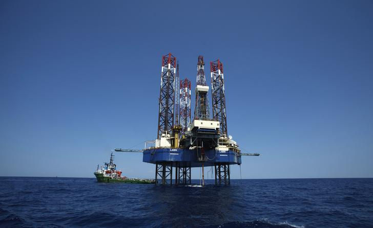 An oil drilling platform is pictured in the Adriatic Sea July 21, 2013. Picture taken July 21, 2013. REUTERS/Antonio Bronic (CROATIA - Tags: BUSINESS ENERGY)