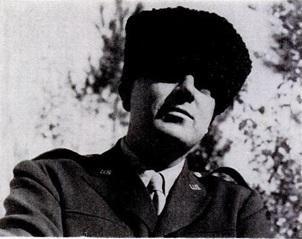 وينستون تشرشل يرتدي القبعة التي أهداها له جون فيليبس. كلفت القبعة فيليبس 16.5 دولارا وقد أحبها تشرشل كثيرا.