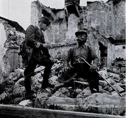 """في يوغوسلافيا، يجلس إيفان كوتنيك تحت الشمس في مدينته الأم """"لوز"""" التي حررت مؤخرا على يد قوات المقاومة بقيادة """"تيتو"""". على الرغم من كونه أعمى، فقد كان إيفان جاسوسا للمقاومة."""