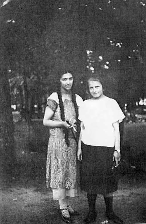 غالينا (بضفيرتيها الطويلتين) مع شقيقة يسينين