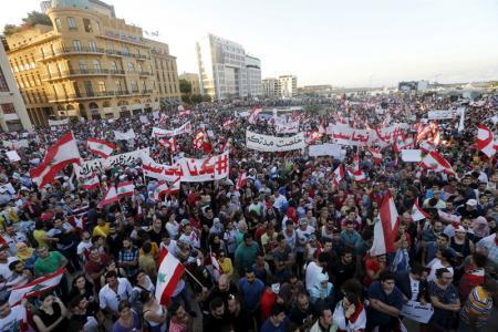 متظاهرون ضد الحكومة في لبنان يوم 29 اغسطس اب 2015. تصوير: محمد عزاكير - رويترز