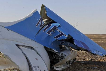 جزء من حطام الطائرة الروسية التي تحطمت يوم السبت في وسط سيناء عثر عليه بالقرب من مدينة العريش بشمال سيناء. تصوير رويترز.