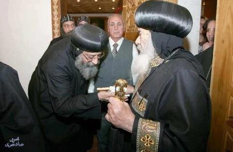 تواضروس إلى اليسار يقبل يد البابا شنودة إلى اليمين ..تصوير عماد نصري