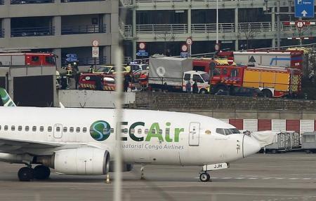 طواقم الطوارئ في موقع انفجارين استهدفا مطارا بالقرب من بروكسل يوم الثلاثاء. تصوير: فرانسوا لينوا - رويترز