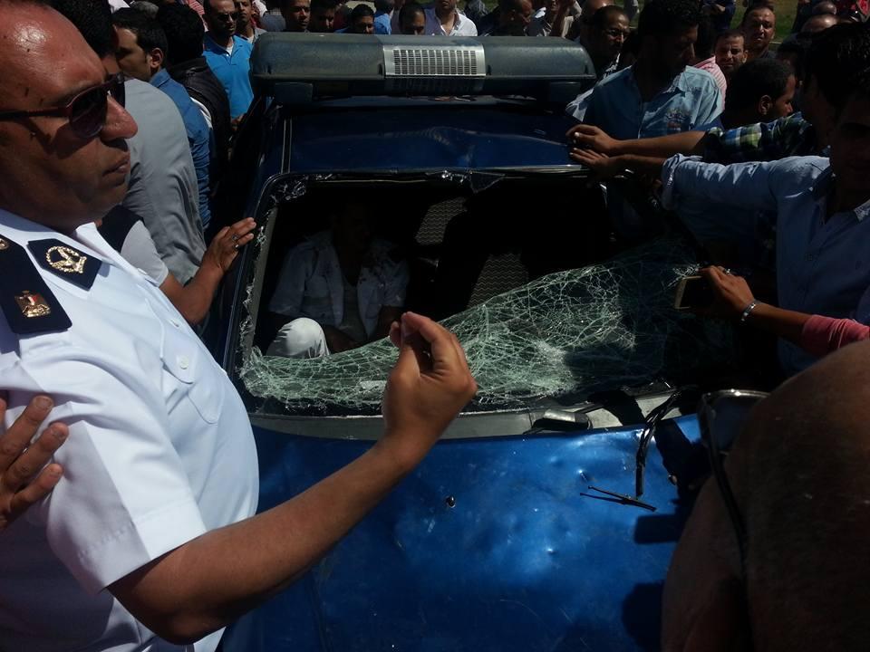 زميل أمين الشرطة القاتل وقد اختبأ في سيارة البوليس