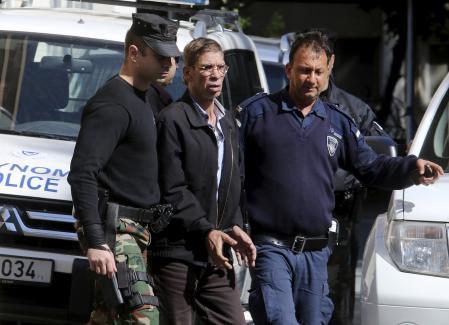 الرجل الذي اختطف الطائرة المصرية وأجبرها على الهبوط في قبرص محاط برجال الشرطة بعد القبض عليه يوم 30 مارس اذار 2016 - رويترز