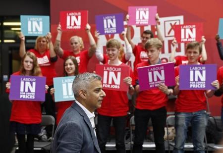 """صادق خان رئيس بلدية لندن يتحدث خلال حملة """"العمال من أجل بريطانيا"""" في لندن يوم الأربعاء. تصوير: ستيفان ويرموث - رويترز."""