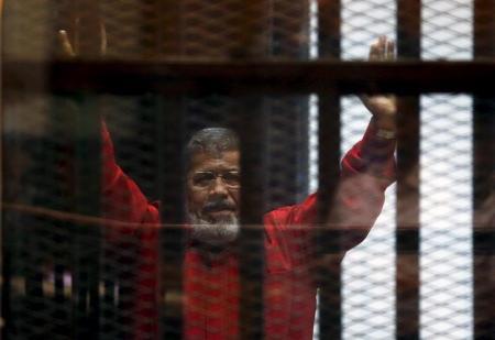 الرئيس المصري السابق محمد مرسي داخل قفص الاتهام بمحكمة في القاهرة - ارشيف رويترز