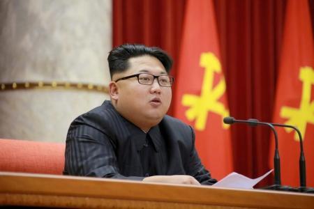 الزعيم الكوري الشمالي كيم جونج أون في صورة وزعتها وكالة الانباء المركزية الكورية في بيونج يانج يوم 29 سبتمبر ايلول 2015. ملحوظة: حصلت رويترز على الصورة من طرف ثالث ولم تتمكن من التحقق بشكل مستقل من دقتها أو محتواها أو مكانها أو تاريخها. تستخدم الصورة في الاغراض التحريرية فقط ويحظر بيعها للحملات التسويقية أو الدعائية. وزعت رويترز الصورة كما حصلت عليها تماما كخدمة للمشتركين. يحظر بيع الصورة لطرف ثالث. يحظر استخدام الصورة داخل كوريا الجنوبية ويحظر بيعها للاغراض التحريرية أو التجارية داخل كوريا الجنوبية.