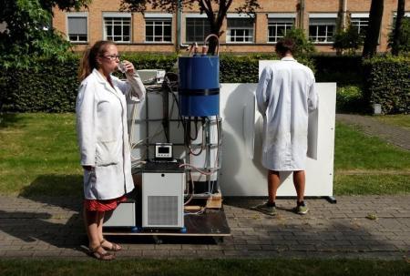 عالمان بلجيكيان يوضحان كيفية استخدام آلة تحول البول إلى مياه نقية للشرب وسماد باستخدام الطاقة الشمسية في جامعة بلجيكية يوم الثلاثاء. تصوير: فرانسوا لينواه - رويترز.