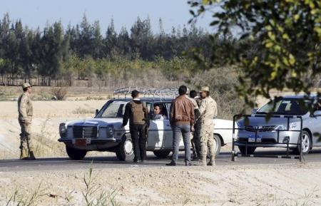 أفراد من قوات الأمن المصرية في نقطة تفتيش بشمال سيناء - صورة من أرشيف رويترز.