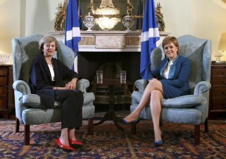 رئيسة وزراء اسكتلندا نيكولا ستيرجن (إلى اليمين) ورئيسة وزراء بريطانيا تيريزا ماي خلال لقاء في ادنبره يوم 15 يوليو تموز 2016. صورة لرويترز من ممثل وكالات أنباء.