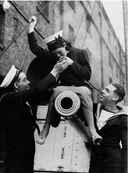 ضابط بحرية انجليزي يشعل سيجارة لزميلته خلال الحرب العالمية الثانية