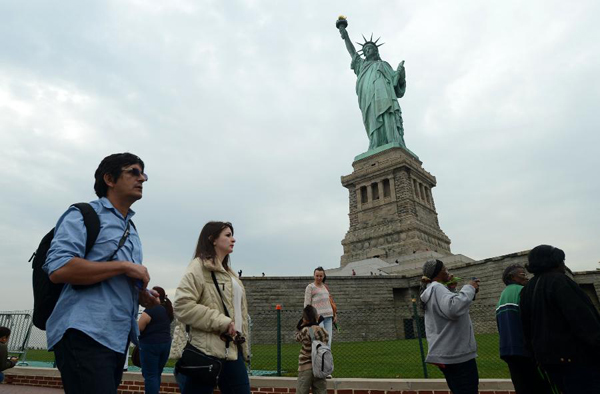 tourists-at-the-statute-of-liberty