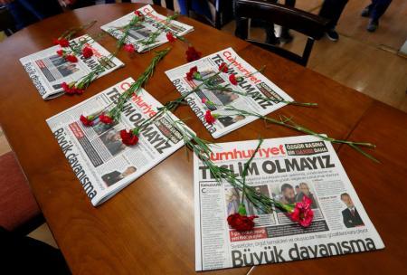 نسخ من صحيفة جمهوريت التركية في اسطنبول يوم  الثلاثاء. تصوير: مراد سيزار - رويترز