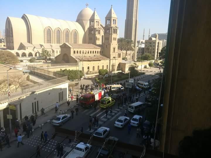 سيارات إسعاف في محيط الكاتدرائية