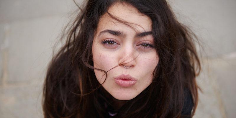 800x400-Close-Up-Girl-Kissing-Face-