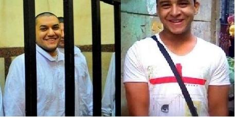 """محمد محمود """"معتقل التي شيرت"""" وإلى اليسار الشاعر عمر حاذق"""