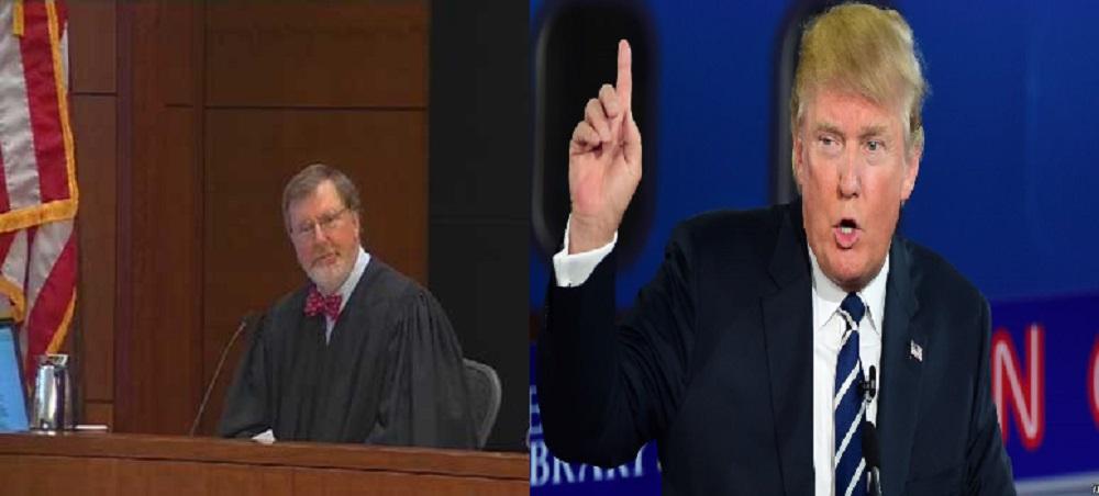 ترامب وإلى اليمين القاضي جيمس روبارت