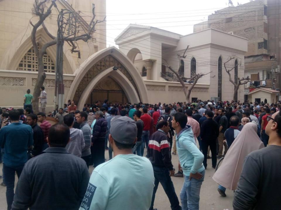تجمهر المواطنون وأهل وأصدقاء الضحايا حول كنيسة مار جرجرس للاطمئنان على ذويهم